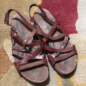 Easy Spirit comfort strappy sandals 9
